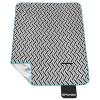 Pikniková deka PICNIC ZIGZAG:- vyrobená zetří vrstev(polar fleece, PVC pěna a hliníková fólie), díky čemuž zajišťujevynikající tepelnou izolaci, jevoděodolnáa zároveňpříjemná na dotek - ...
